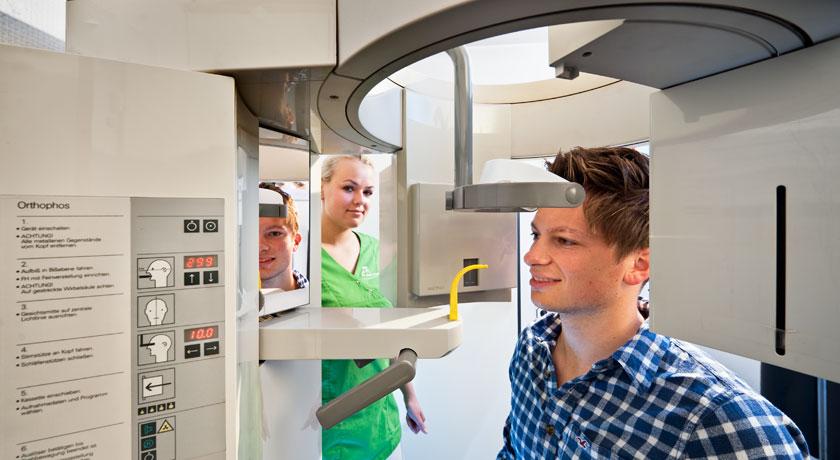 Röntgenuntersuchung des Kieferbereiches Zahnarzt Dr. Karl-Uwe Jülich - Bergneustadt. Foto © Dietrich Hackenberg
