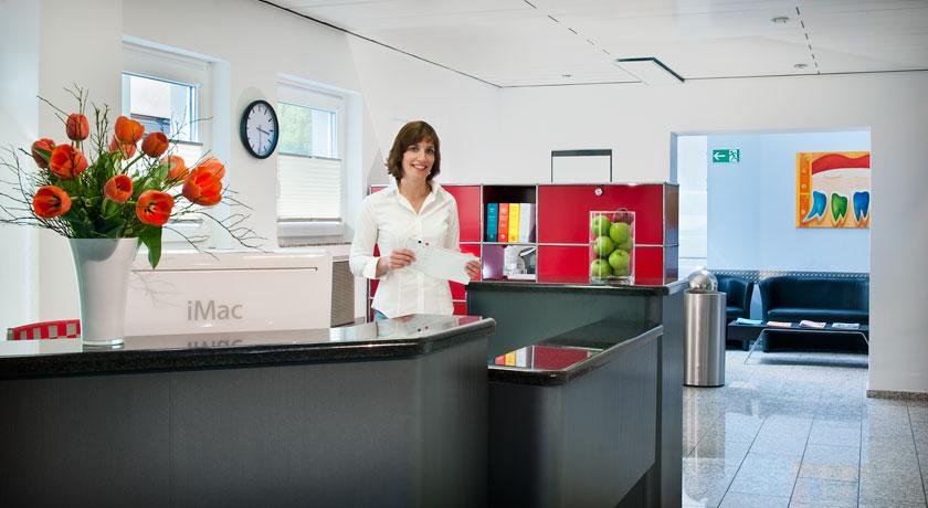 Empfang der Zahnarztpraxis Dr. Karl-Uwe Jülich in Bergneustadt. Foto © Dietrich Hackenberg