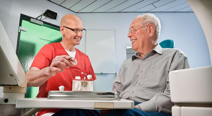 Implantat Beratung in der Zahnarztpraxis Dr. Karl-Uwe Jülich in Bergneustadt. Foto © Dietrich Hackenberg