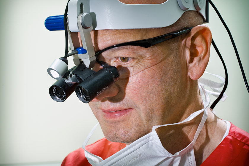 Lupenbrille Zahnarzt Dr. Jülich Bergneustadt. Foto Dietrich Hackenberg