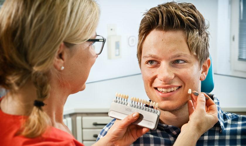 Zahnfarben bestimmen. Praxis Dr. Jülich Bergneustadt. foto Dietrich Hackenberg