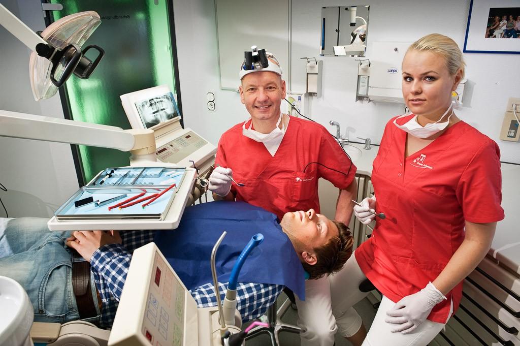 Behandlung. Zahnarztpraxis Dr. Karl-Uwe Jülich, Talstraße 10, Bergneustadt. Foto Dietrich Hackenberg