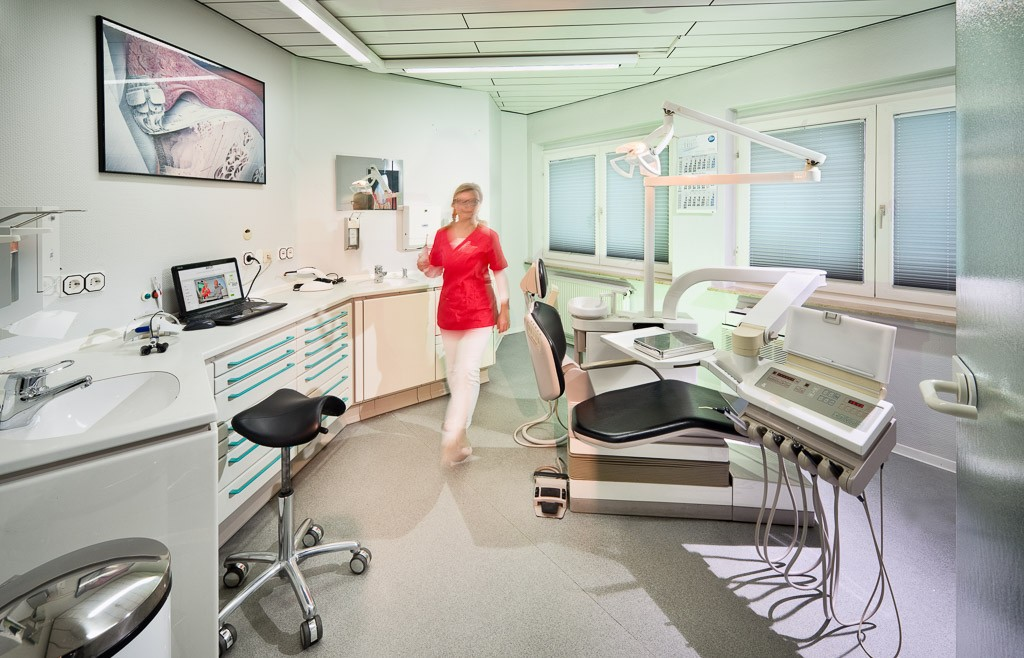 Behandlungszimmer. Zahnarztpraxis Dr. Karl-Uwe Jülich, Talstraße 10, Bergneustadt. Foto Dietrich Hackenberg