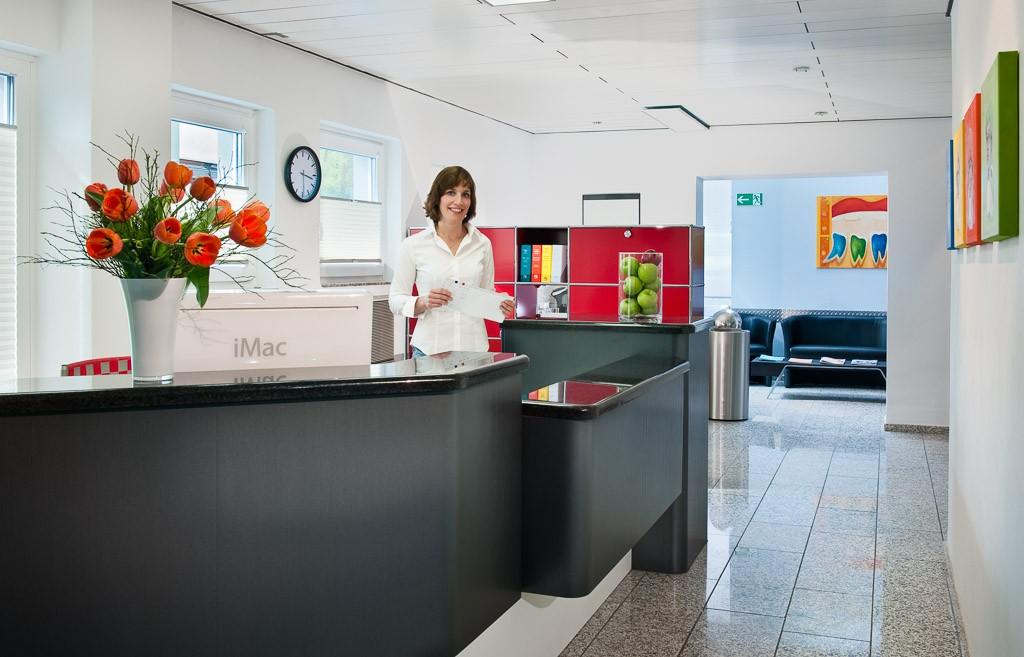 Empfang. Zahnarztpraxis Dr. Karl-Uwe Jülich, Talstraße 10, Bergneustadt. Foto Dietrich Hackenberg