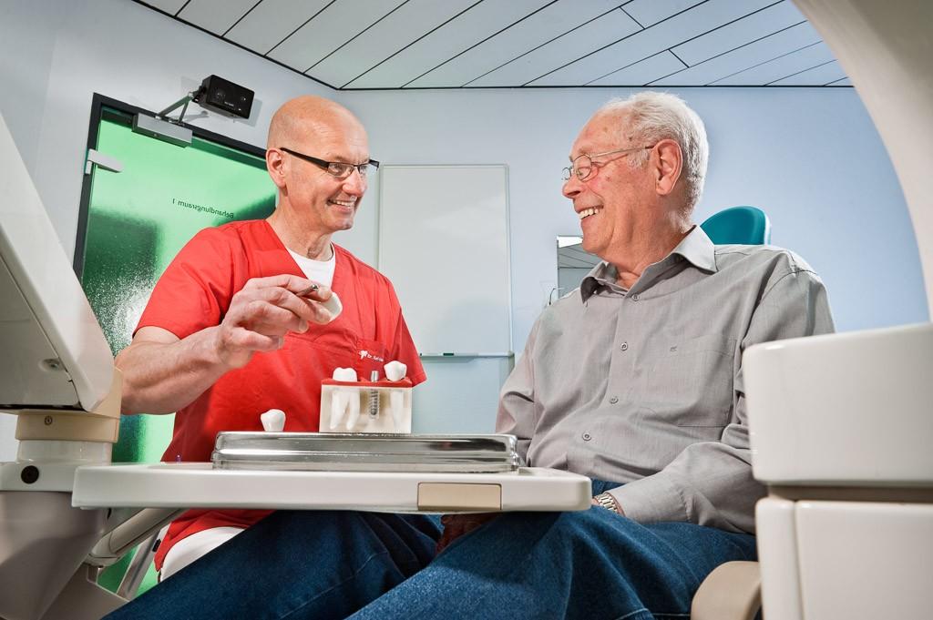 Implantatberatung . Zahnarztpraxis Dr. Karl-Uwe Jülich, Talstraße 10, Bergneustadt. Foto Dietrich Hackenberg