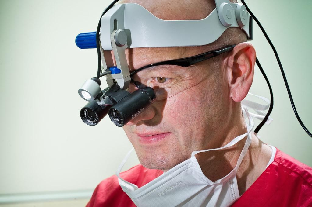 Lupenbrille. Zahnarztpraxis Dr. Karl-Uwe Jülich, Talstraße 10, Bergneustadt. Foto Dietrich Hackenberg