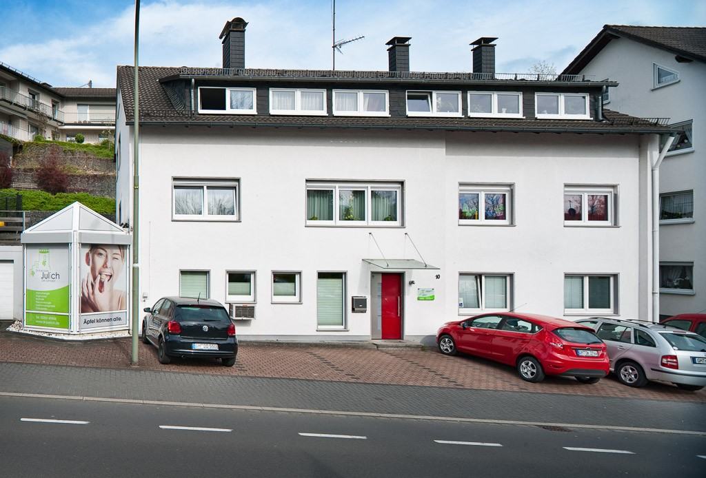 Praxisgebäude. Zahnarztpraxis Dr. Karl-Uwe Jülich, Talstraße 10, Bergneustadt. Foto Dietrich Hackenberg