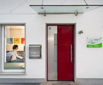 Praxiseingang. Zahnarztpraxis Dr. Karl-Uwe Jülich, Talstraße 10, Bergneustadt. Foto Dietrich Hackenberg