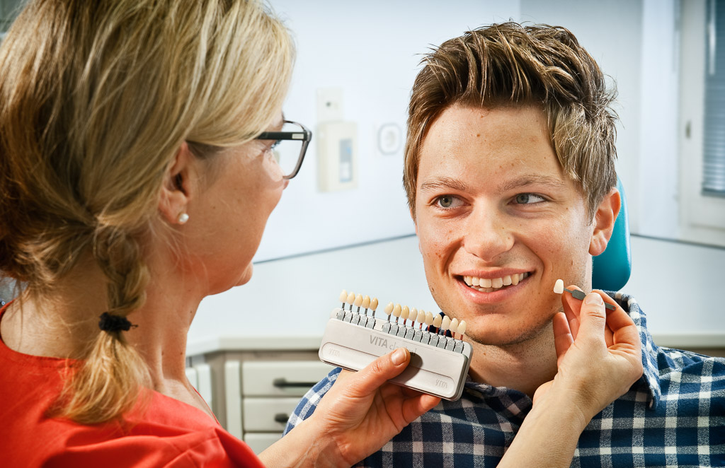 Zahnfarbe bestimmen. Zahnarztpraxis Dr. Karl-Uwe Jülich, Talstraße 10, Bergneustadt. Foto Dietrich Hackenberg