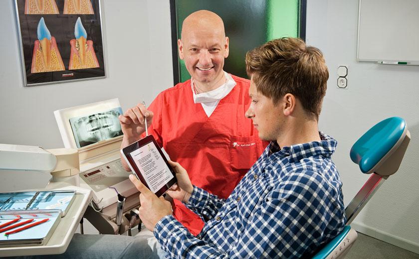 Beratung mit Tablet. Zahnarztpraxis Dr. Karl-Uwe Jülich, Talstraße 10, Bergneustadt. Foto Dietrich Hackenberg
