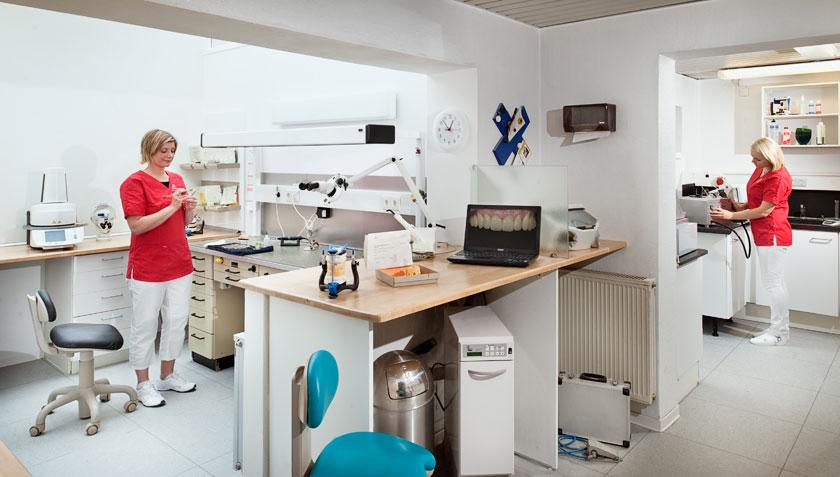 Unser Praxis-Labor. Zahnarztpraxis Dr. Karl-Uwe Jülich, Talstraße 10, Bergneustadt. Foto Dietrich Hackenberg